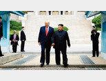 6월 30일 판문점에서 열린 도널드 트럼프 미국 대통령과 김정은 북한 국무위원장의 회동. 트럼프 대통령은 이 회동 직전부터 시작된 북한의 중단거리미사일 발사를 계속 용인하고 있다. [박영대 동아일보 기자]