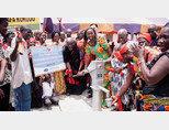 위러브유가 가나 에쿰피 스라파 코코두 마을에 기증한 물펌프에서 깨끗한 물이 쏟아지자 주민들이 기뻐하고 있다. [사진 제공 · 국제위러브유운동본부]