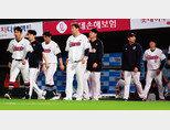 9월 26일 부산 사직야구장에서 '2019 KBO 리그' 롯데 자이언츠와 KIA 타이거즈의 경기. KIA에 1-3으로 패한 롯데 선수들이 아쉬워하고 있다. [동아DB]