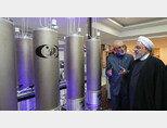 로하니 이란 대통령이 자체 개발한 최신형 원심분리기를 살펴보고 있다. [이란 대통령실]