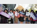 2018 일본 도쿄돔에서 두 번째 콘서트를 연 BTS를 응원하러 온 현지 중학생 팬들. [뉴시스]