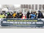 전국장애인차별철폐연대(전장연) 소속 회원들이 17일 서울 종로구 정부서울청사 앞에서 기자회견을 열고 신종 코로나바이러스 감염증(코로나19) 장애인 지원 및 대안 부재와 관련 보건복지부를 규탄하고 있다. [뉴시스]