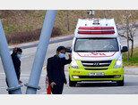 3월 4일 오후 광주 남구 빛고을전남대병원 감염병 전문병원으로 코로나19 대구 확진자가 긴급 이송되고 있다. [뉴시스]