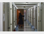 8일 대구 북구 경북대학교 학생기숙사에서 코로나19 경증 환자를 맞이할 준비가 한창이다. 이 시설은 코로나19 경증 환자를 위한 생활치료센터로 쓰인다. [뉴시스]