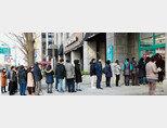 서울 청계천 앞 한 약국. 마스크를 사려는 사람들이 줄을 서 있다. [동아DB]