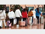 3월 10일 코로나19 확산 예방을 위해 2주간 격리 생활을 한  단국대 죽전캠퍼스 중국인 유학생들이 임시 생활시설에서 나와  각자의 일상으로 돌아가고 있다. [뉴시스]