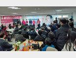 3월 19일 서울 강남구 신사동의 태구민(태영호) 미래통합당 강남갑 후보 선거사무소에서 열린 오픈데이 행사에 지지자들이 참석했다.  [사진 출처·태영호 지지자 오픈채팅 '태지모']