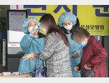 4월 20일 경기도 의정부성모병원 간호사들이 방문 환자를 대상으로 발열 체크를 하고 있다. [뉴스1]