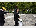 노무현 전 대통령 서거 11주년을 맞는 5월23일 한명숙 전 총리가 노 전 대통령 묘소에 헌화하고 있다. [뉴시스]