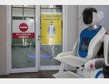 인도네시아 자카르타의 페르타미나 자야 병원에서 로봇이 코로나바이러스(COVID-19) 환자들을 돕기 위해 기다리고 있다.