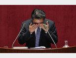 더불어민주당 정청래 의원이 2016년 2월 27일 국회 본회의장에서 테러방지법 저지를 위한 필리버스터를 하며 눈물을 훔치고 있다.[뉴스1]