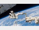 국제우주정거장에서 유영하는 우주 비행사.
