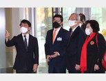 국민의힘 김종인 비상대책위원장(오른쪽 두번째)이 10월 27일 경기 성남시 엔씨소프트를 방문해 김택진 대표(맨 왼쪽)의 설명을 듣고 있다. [뉴시스]
