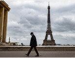 한 파리 시민이 프랑스 정부의 봉쇄조치로 폐쇄된 에펠탑 앞으로 지나고 있다. [EPA]