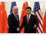 바이든 미국 대통령 당선인이 부통령 시절인 2013년 중국을 방문해 시진핑 국가주석과 악수하고 있다. [신화망]