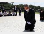 미래통합당 김종인 비상대책위원장이 5월 19일 오전 광주 북구 운정동 국립5·18민주묘지를 찾아 오월 영령 앞에 무릎을 꿇고 참배하고 있다. [뉴시스]