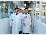시진핑 중국 국가주석이 칭화유니그룹 산하 우한 YTMC 공장을 둘러보고 있다. [YMTC]