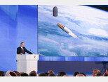 블라디미르 푸틴 러시아 대통령이 극초음속 활공비행체인 아방가르드 미사일을 직접 설명하고 있다. [Klemlin]