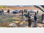 중국과 미얀마 관리들이 양국 국경에 설치되고 있는 철조망을 살펴보고 있다. [ISEAS]