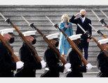 1월 20일(현지시각) 미국 워싱턴 국회의사당 동편 계단에서 조 바이든 대통령 부부가 군을 사열하고 있다.