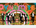 방탄소년단이 지난해 12월 12일 진행된 '2020 더팩트 뮤직 어워즈'에서 다이너마이트를 부르고 있다. [뉴스1]