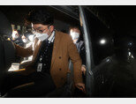 1월 21일 경기 과천시 정부과천청사 법무부에서 김학의 전 법무부 차관 출국금지 사건을 수사 중인 수원지방검찰청 관계자들이 압수수색을 마친 뒤 청사를 나서고 있다. [동아DB]