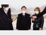 박범계 법무부 장관(가운데)이 2월 1일 정부과천청사 법무부로 첫 출근을 하고 있다.  [동아DB]