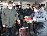 문재인 대통령과 김정숙 여사가 2월 10일 인천 남동구 소래포구 어시장을 방문했다. [동아DB]