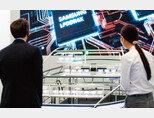 지난해 10월 29일 서울 강남구 코엑스에서 열린  제22회 반도체대전(SEDEX 2020)에서  관람객들이 삼성전자 부스를 둘러보고 있다. [뉴스1]