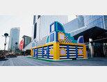 서울 강남구 코엑스 동문 광장에 설치된 레고 하우스 오브 도트. 2월 말 철수한다. [지호영 기자]