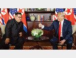 2018년 6월 12일 싱가포르에서 도널드 트럼프 당시 미국 대통령(오른쪽)과 김정은 북한 국무위원장이 사상 첫 북·미 정상회담을 가졌다. [AP=뉴시스]