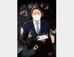 3월 4일 오후 서울 서초구 대검찰청에 도착한 윤석열 검찰총장. 이날 윤 총장은 검찰총장직 사퇴 의사를 밝혔다. [뉴스1]