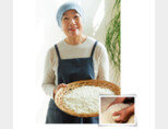 쌀누룩 명인 이인자 씨. 쌀누룩은 쌀은 찐 지에밥에 누룩균을 배양한 뒤 발효시켜 만든다. [사진 제공 · 네오이마주]