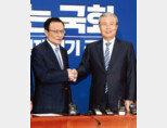 지난해 6월 3일 미래통합당(현 국민의힘) 김종인 당시 비상대책위원장(오른쪽)이 서울 여의도 국회에서 더불어민주당 이해찬 당시 대표와 만나 악수하고 있다. [동아DB]