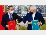 왕이 중국 외교부장(왼쪽)과 모하마드 자바드 자리프 이란 외무장관이 3월 27일 '포괄적·전략적 동반자 협정'을 체결했다. [IRNA]
