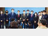 국민의힘 초선의원들이 4월 8일 서울 여의도 국회 소통관에서  4·7 재보궐선거 관련 기자회견을 하고 있다.  [뉴스1]