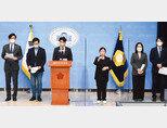 4월 9일 서울 여의도 국회 소통관에서 전용기, 오영환, 이소영, 장경태, 장철민 등 더불어민주당 초선의원들이 '더불어민주당 2030의원 입장문'을 발표하고 있다. [뉴시스]