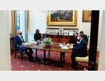 4월 16일(현지 시각) 미국을 실무 방문한 스가 요시히데 일본 총리(오른쪽)가 조 바이든 미국 대통령과 '햄버거 조찬'에 나섰다. [조 바이든 미국 대통령 트위터]