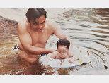 어린 시절 아버지와 함께 수영을 하고 있는 안현모. [사진 제공 · 안현모]