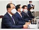 국민의힘 황우여 중앙당 선거관리위원장(맨 왼쪽)이 5월 11일 국회에서 당대표 및 최고위원 선출을 위해 열린 선거관리위원회 1차 회의에 참석해 발언하고 있다. [사진공동취재단]