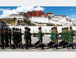 중국군이 역대 달라이 라마가 기거했던 티베트 포탈라궁 앞을 행군하고 있다. [Tibet Review]