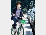 국민의힘 이준석 대표가 6월 13일 서울시 공유자전거 '따릉이'를 타고 국회의사당으로 첫 출근을 하고 있다. [동아DB]