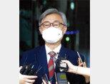 6월 28일 최재형 당시 감사원장이 서울 종로구 감사원으로 출근하는 길에 취재진 앞에서 문재인 대통령에게 사의를 표명했다고 밝혔다. [동아DB]