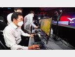 더불어민주당 이낙연 전 대표가 6월 14일 서울 종로구 e스포츠 성지 '롤파크'에서 '리그 오브 레전드' 게임을 하고 있다. [뉴스1]