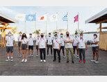 7월 22일 2020 도쿄올림픽을 앞두고 올림픽선수촌에서 난민팀이 토마스 바흐 IOC 위원장(앞줄 왼쪽에서 세 번째), 유엔난민기구 관계자와 만났다. [IOC 제공]