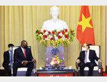 로이드 오스틴 미국 국방장관(왼쪽)이 7월 28일 응우옌 쑤언 푹 베트남 국가주석과 환담하고 있다. [베트남 정부]
