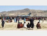 미군 C-17 수송기에 탑승하고자 아프가니스탄 카불공항에 모인 현지 주민들. [AP=뉴시스]