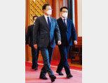 김진욱 고위공직자범죄수사처장(오른쪽)이 1월 21일 청와대에서 문재인 대통령으로부터 임명장을 받은 후 함께 이동하고 있다. [뉴스1]