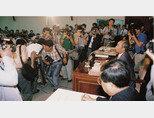 1992년 8월 27일 손길승 당시 대한텔레콤 사장(오른쪽 마이크 앞)이 제2 이동통신사업권 반납을 발표하고 있다. [사진 제공 · SK]