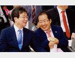 2018년 5월 22일 서울 종로구 조계사에서 열린 불기 2562년 부처님 오신날 봉축법요식에서 자유한국당 홍준표 대표(오른쪽)와 바른미래당 유승민 공동대표가 웃으며 대화하고 있다. [뉴스1]